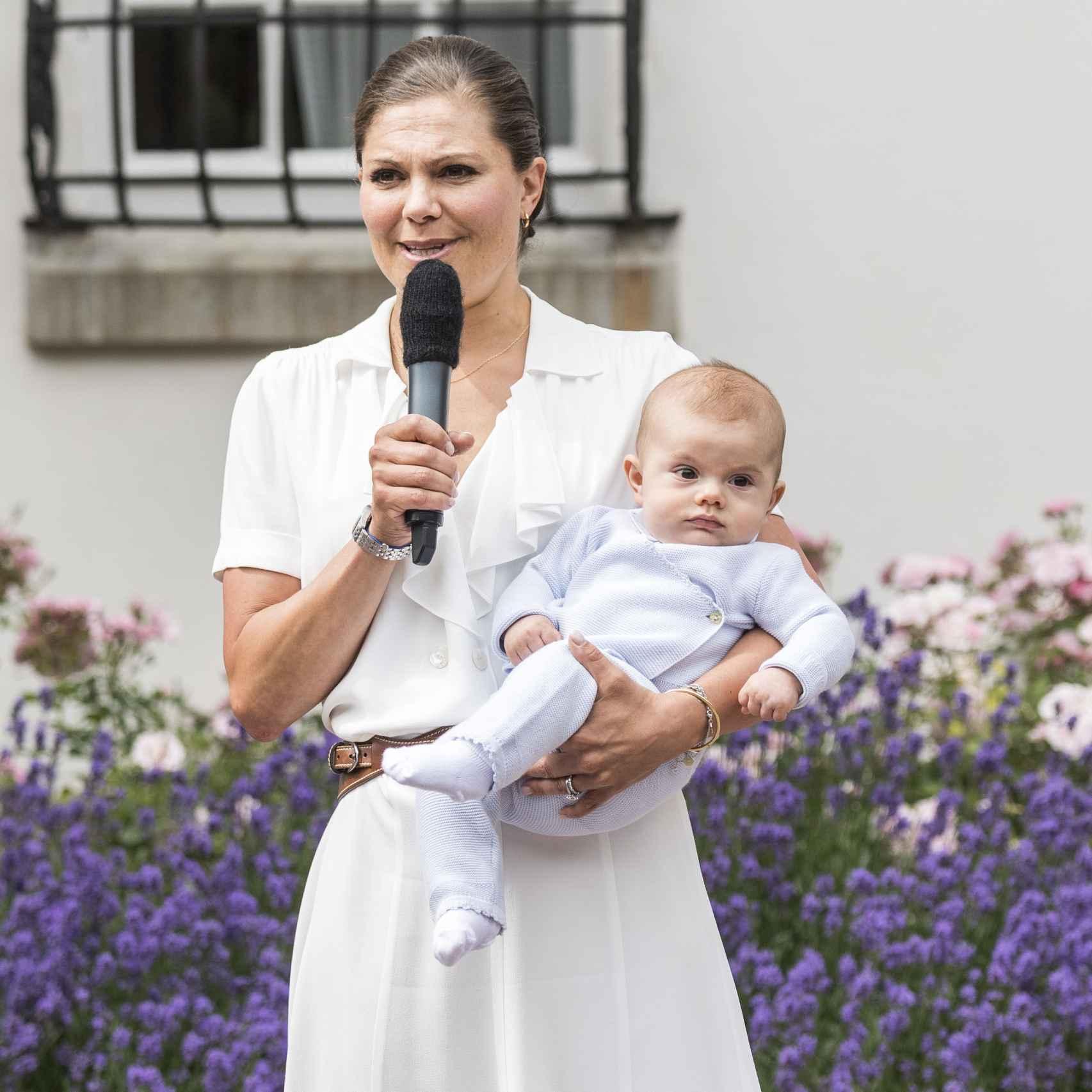 Victoria de Suecia, con el pequeño Oscar en brazos, se dirige a los asistentes.
