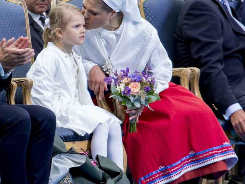 La heredera al trono sueco besa cariñosamente a su hija Estelle.