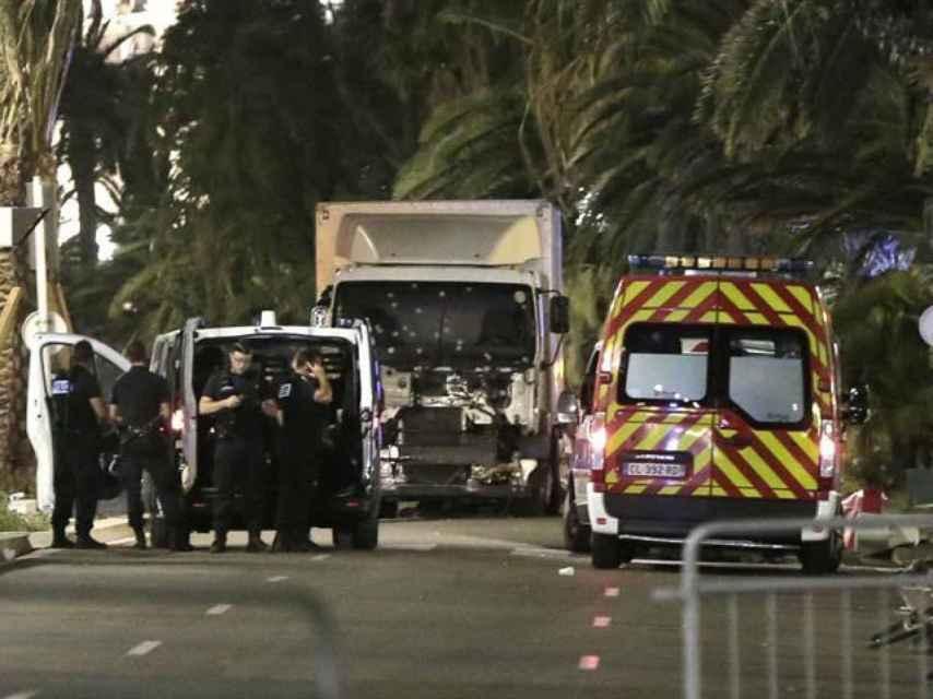 Policías junto al camión que provocó el atentadoen Niza/ Franck Fernandes/ EPA NICE MATIN MAXPPP