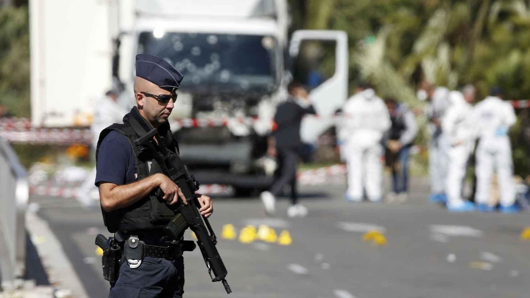 La Policía  toma pruebas en la escena del atentado.