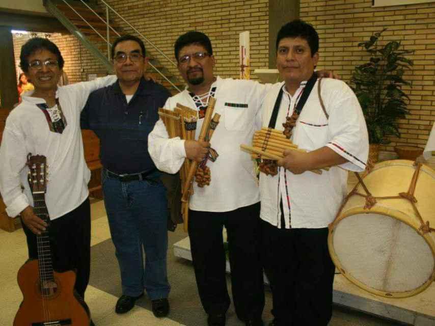 Germán Buenaño, el primero a la izquierda, junto a su grupo de música peruana.