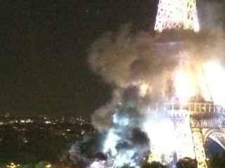 La Torre Eiffel envuelta en humo por un fuego en sus aledaños.