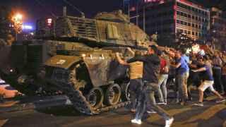 Manifestantes asaltan un tanque golpista en Ankara