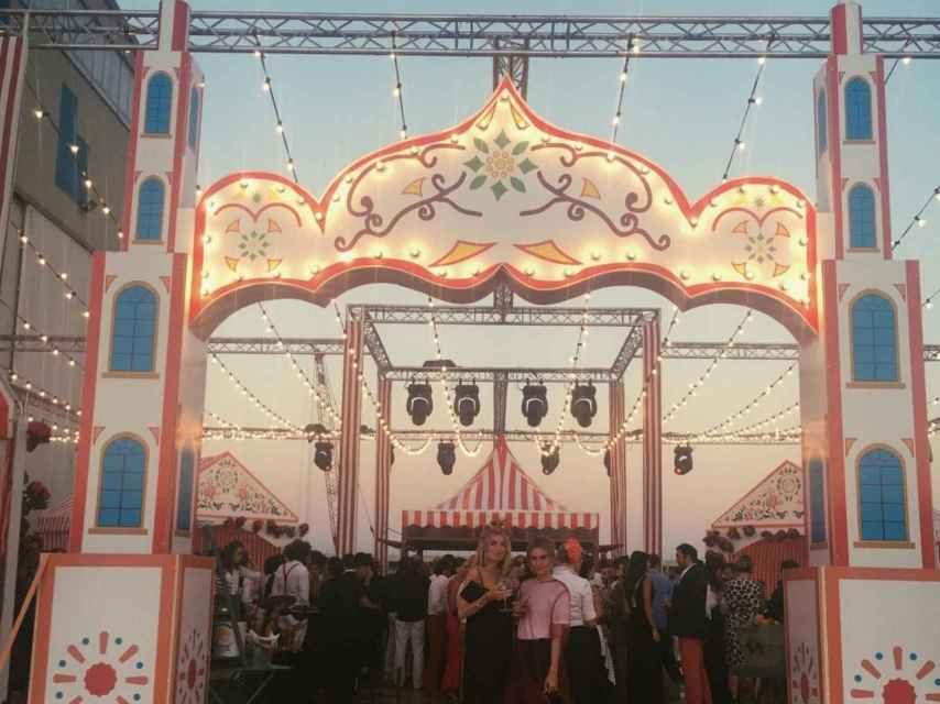 Entrada a la fiesta que simula la puerta de la Feria de Abril de Sevilla