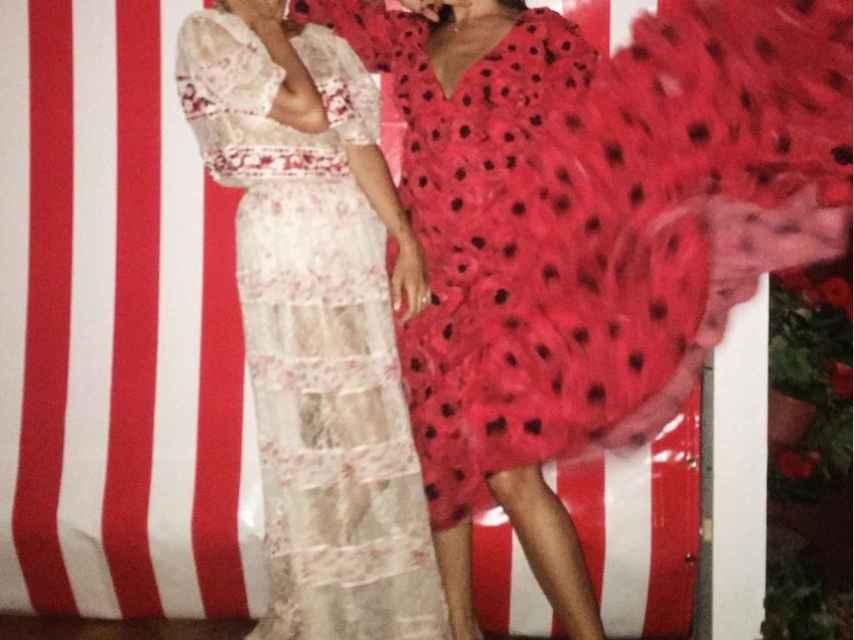 (izquierda) Gabriela Palatchi la novia con una amiga