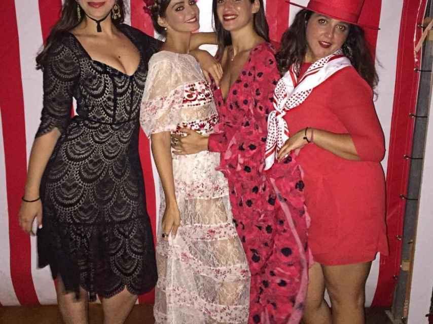 Gabriela Palatchi de blanco junto a tres amigas