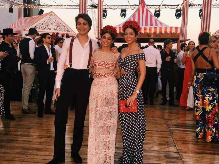 Gabriela ( en el centro) con sus hermanos Alberto y Marta