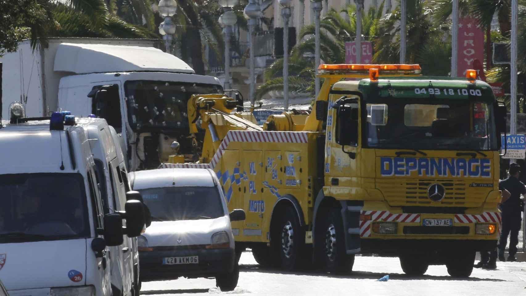 La grua arrastra al camión con el que se cometió el ataque de Niza