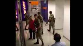 Trabajadores de la CNN expulsan a los soldados de su sede en Turquía