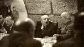 Azaña en una de las cenas en los sótanos del Ministerio de Hacienda