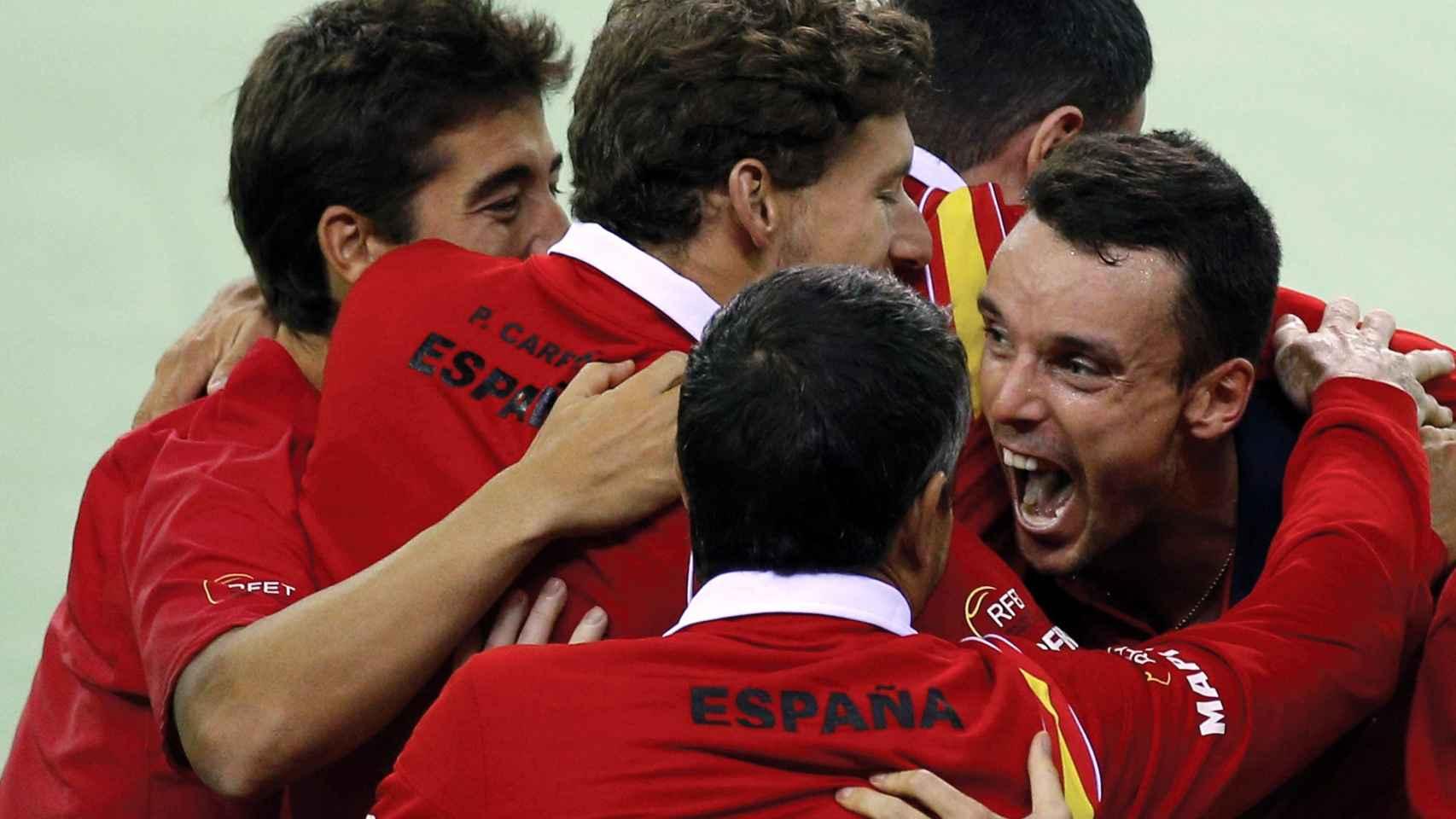 Los tenistas españoles celebran la victoria ante Rumanía.