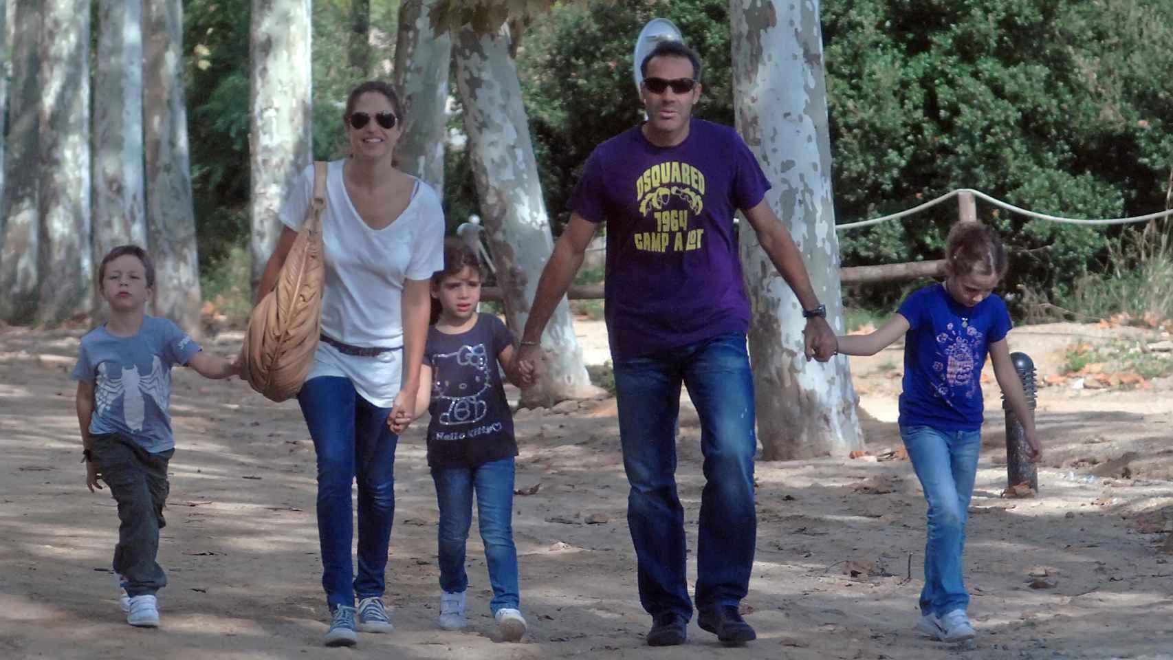 La familia al completo disfrutando en un parque de aventuras.