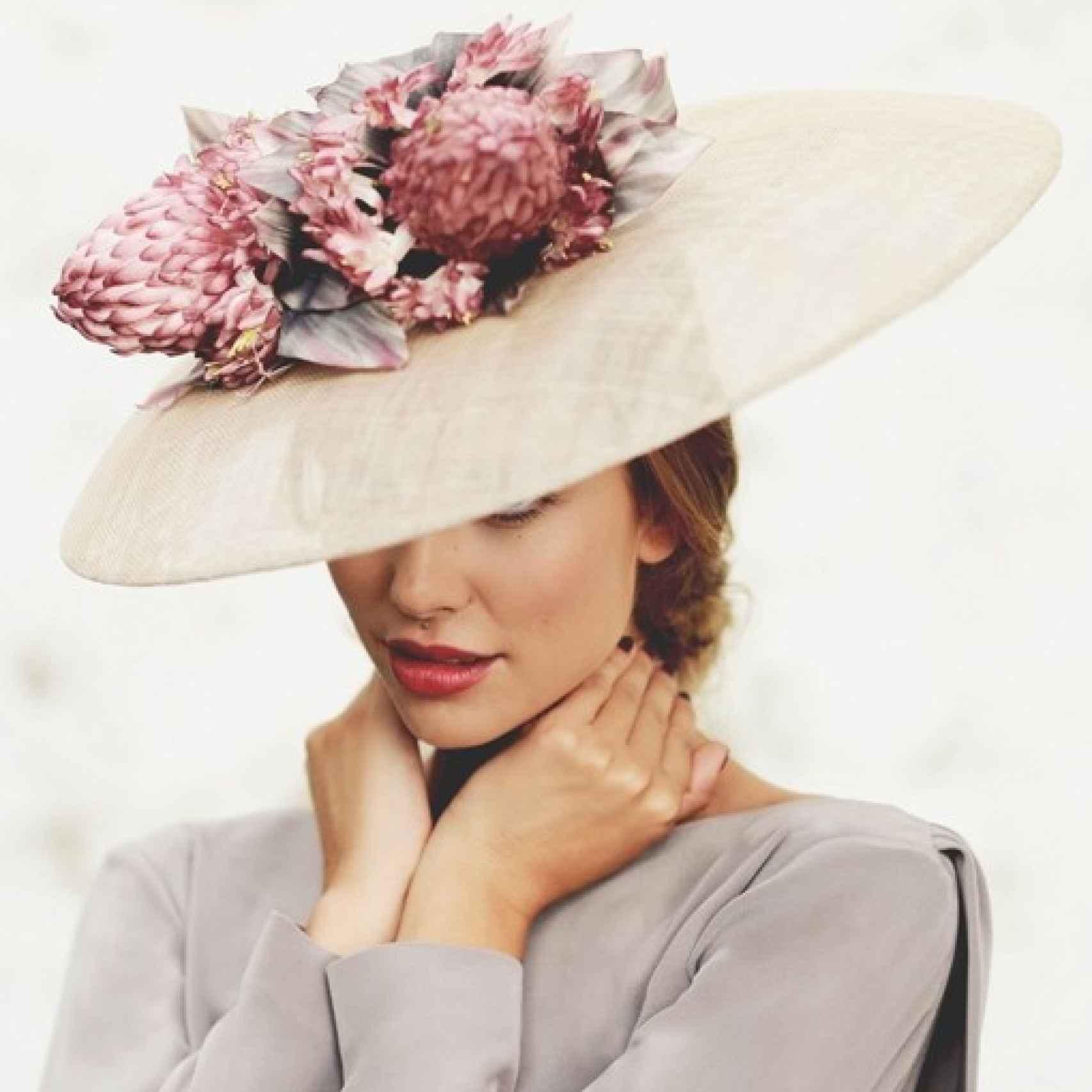 Pamela con flores modelo Blossom Out de Cherubina, 210€.