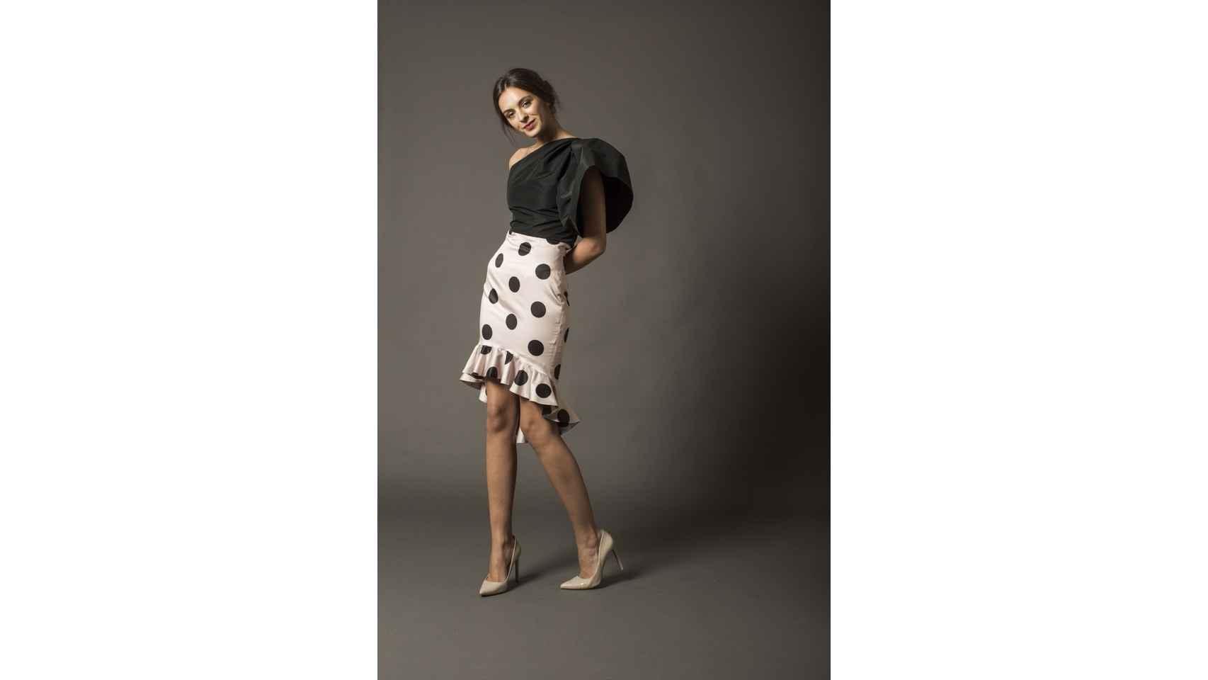 Falda de lunares modelo Denis y top asimétrico Lilian de Coosy, 70€ y 60€ respectivamente.