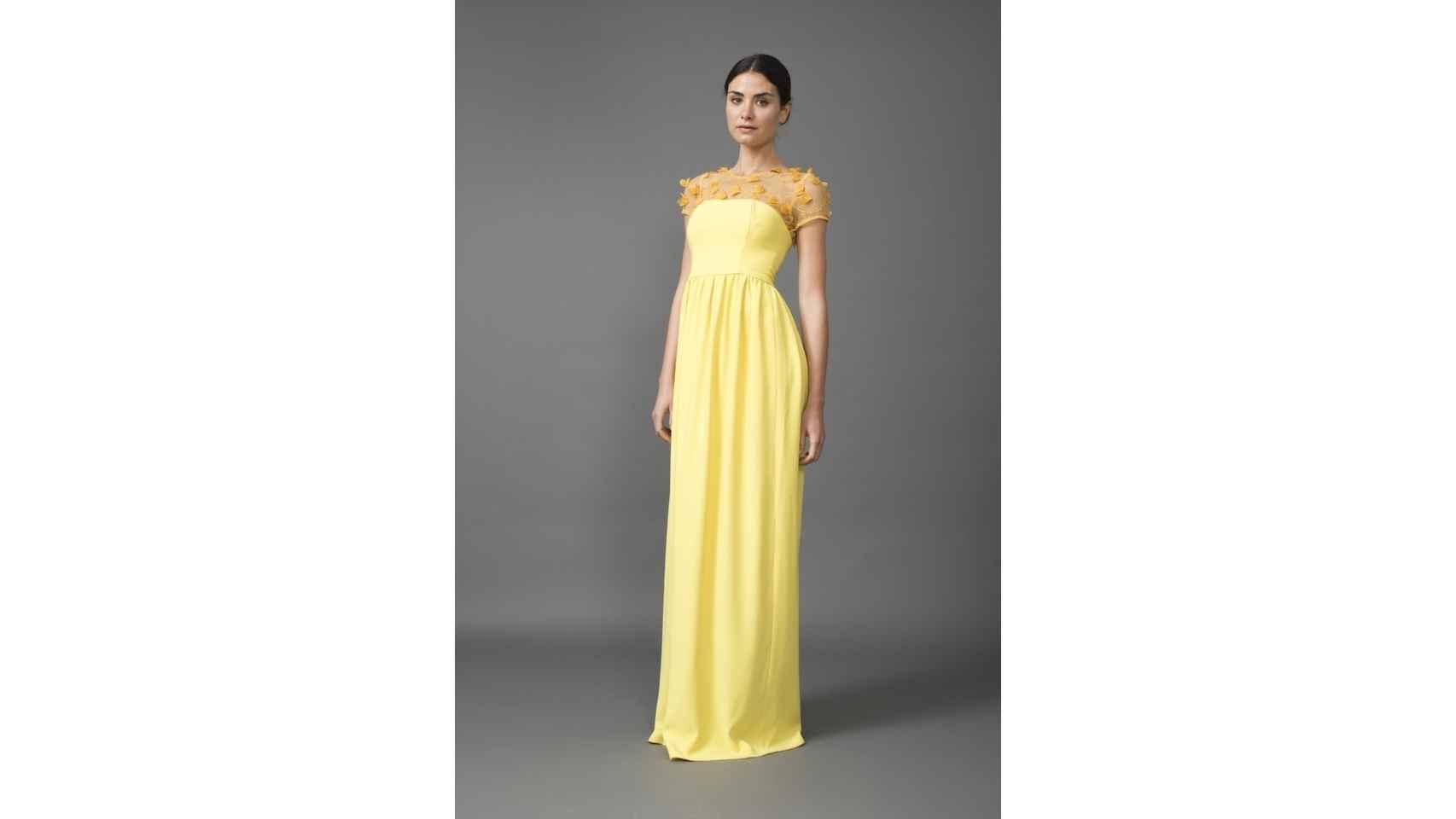 Vestido largo amarillo realizado en crepé con canesú de gasa de Coosy, 149,99€.