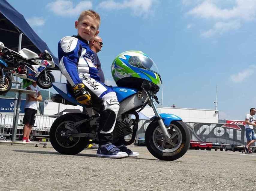 Marco Scaravelli con su minimoto.