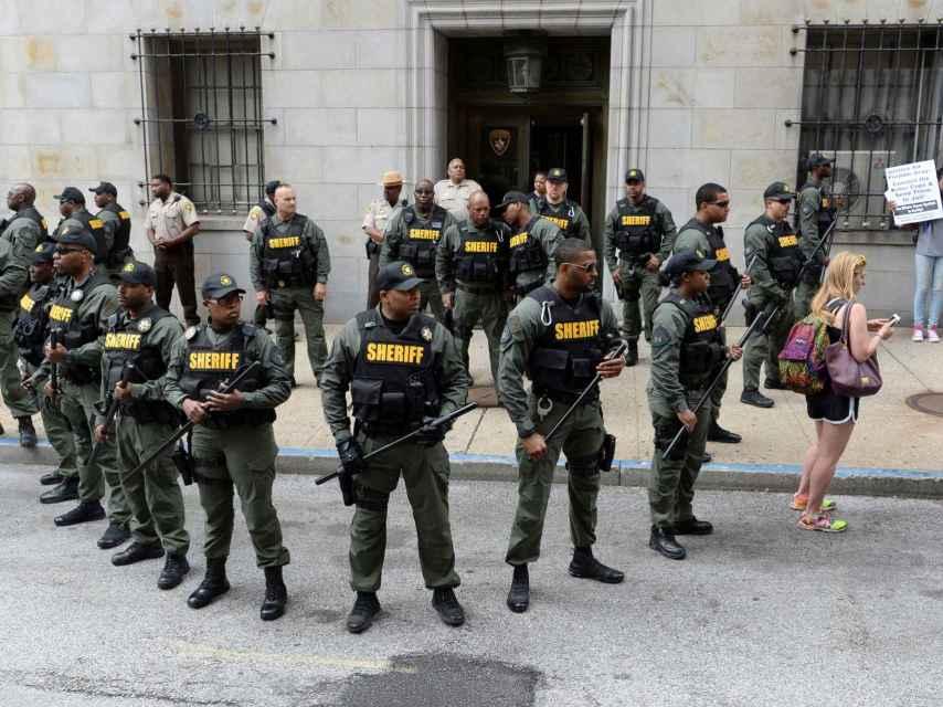 Agentes de la Oficina del Sheriff guardan un juzgado en Baltimore.