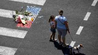 Un monumento improvisado recuerda a las víctimas de Niza en el paseo de los Ingleses.