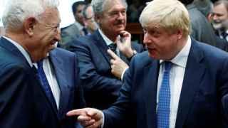 Johnson se ve con Margallo en su primera cumbre de ministros de Exteriores de la UE.