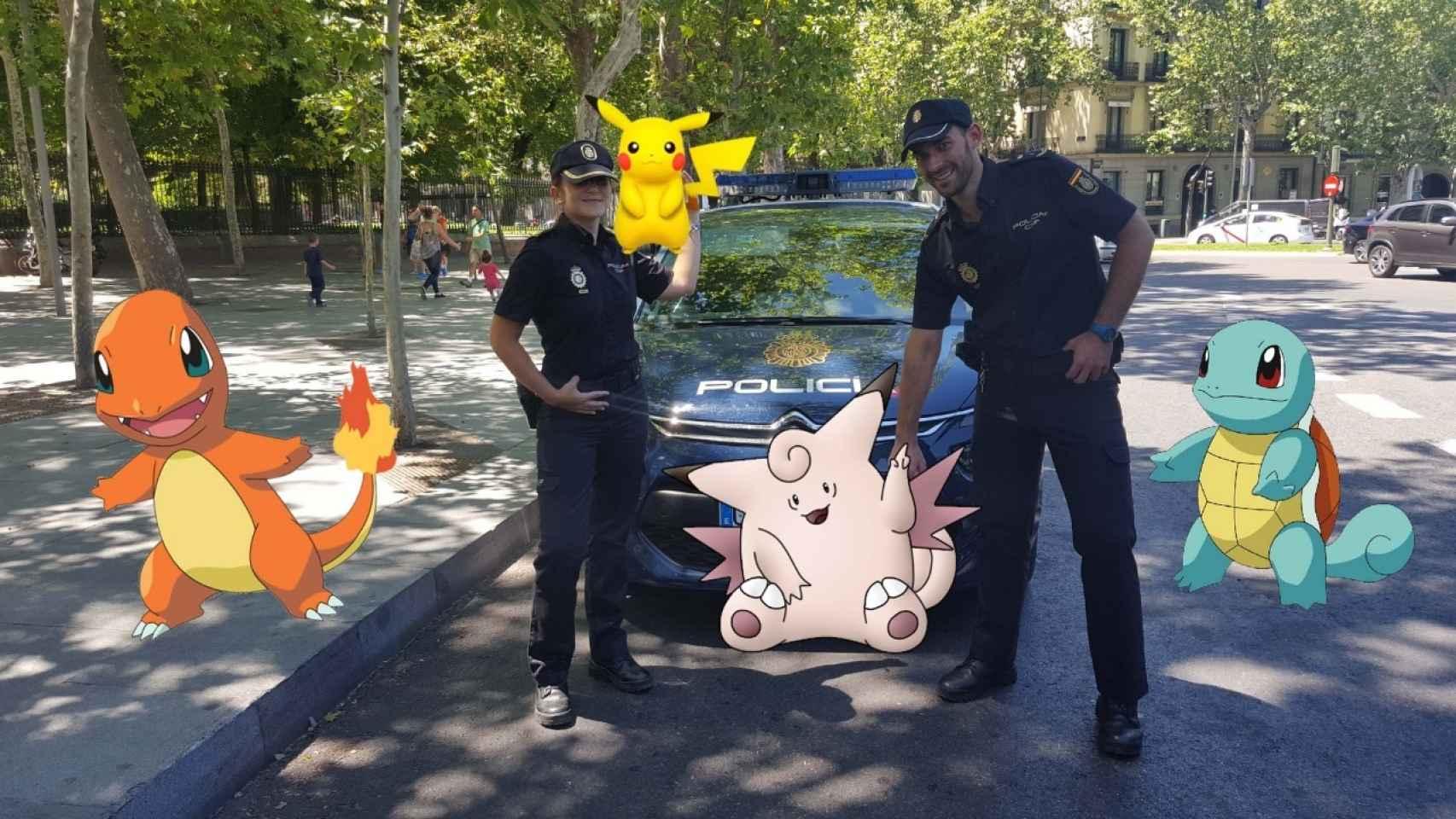 Dos agentes de la Policía rodeados de Pokémon.