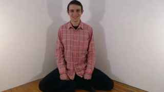 Benjamin Bennett, en uno de los 221 vídeos en los que pasa cuatro horas sonriendo.