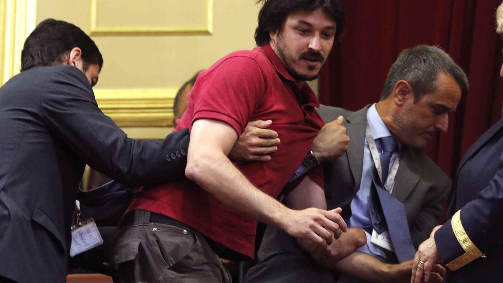 El hombre desalojado del Congreso tras su protesta por el Alvia.