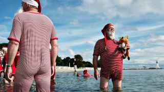 Congreso de Papás Noel en la playa Bellevue, al norte de Copenhague. / M. L. Bojesen (Efe)