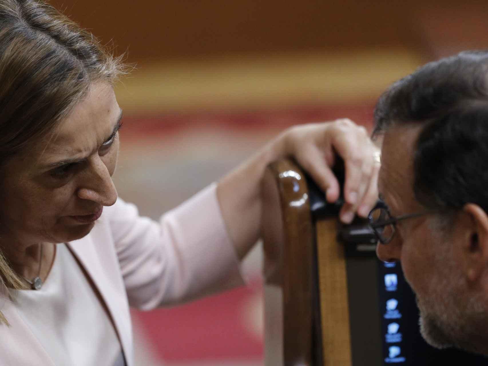 Ana Pastor y Mariano Rajoy conversan en el Congreso.