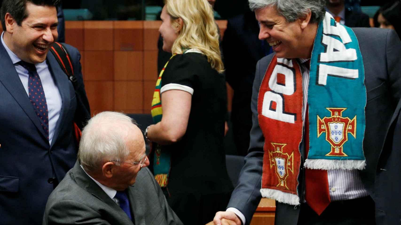 Mário Centeno saluda a su homólogo alemán Wolfgang Schaüble.