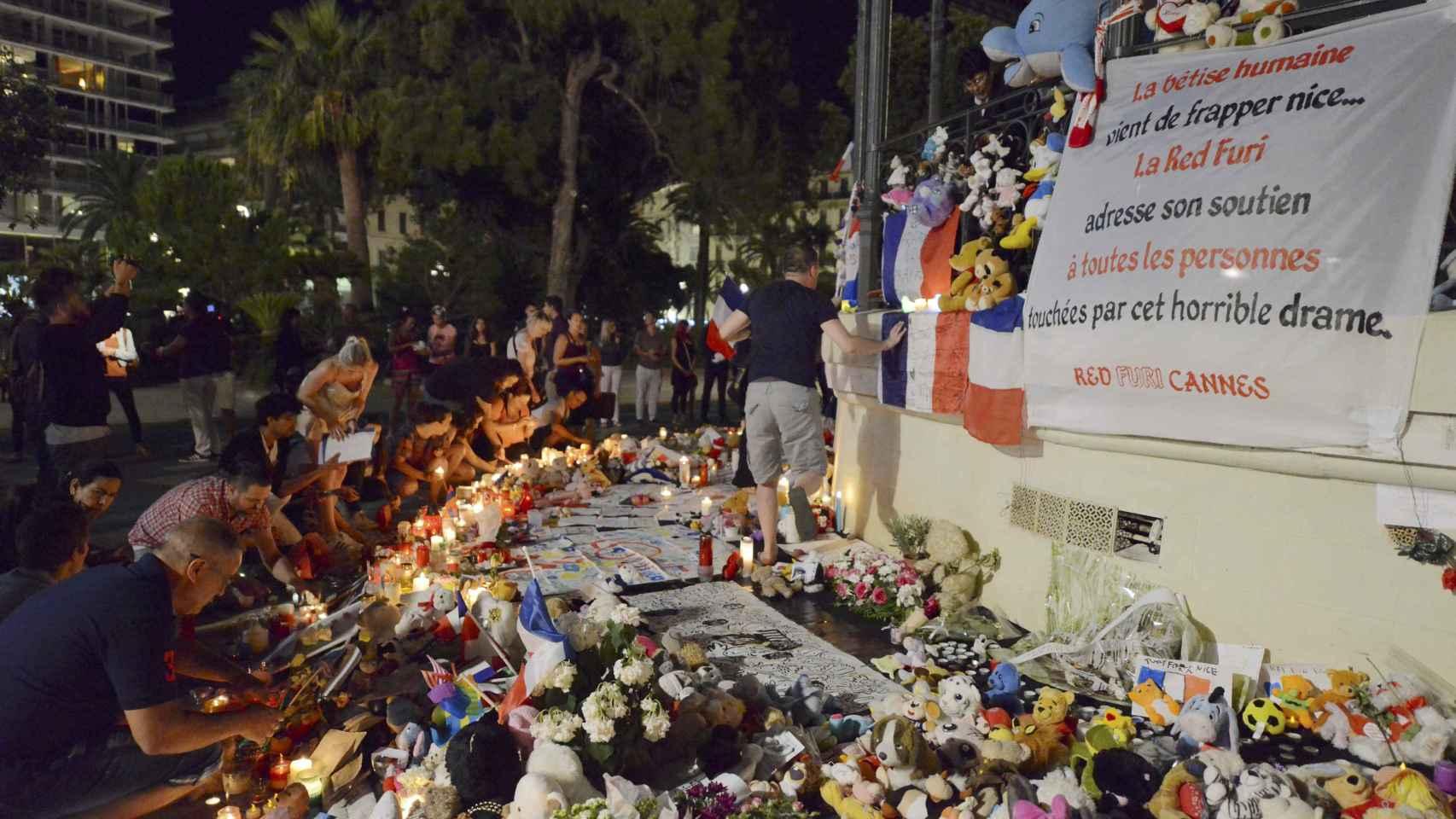 Flores y peluches para las víctimas de los atentados, entre las que había numerosos niños.