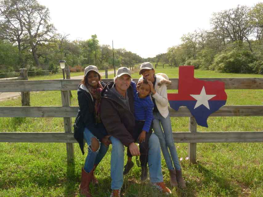 Sergio, junto a su esposa Rozy y sus hijos, en un rancho de Texas.