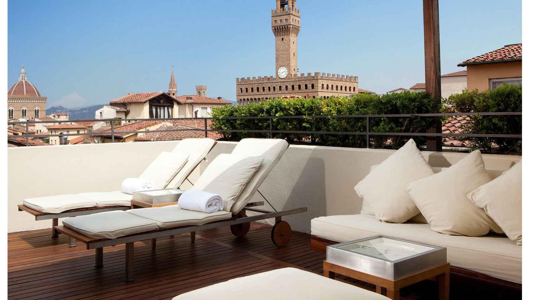 Terraza del hotel Continentale con vistas a la ciudad de Florencia, diseñado por Salvatore Ferragamo.