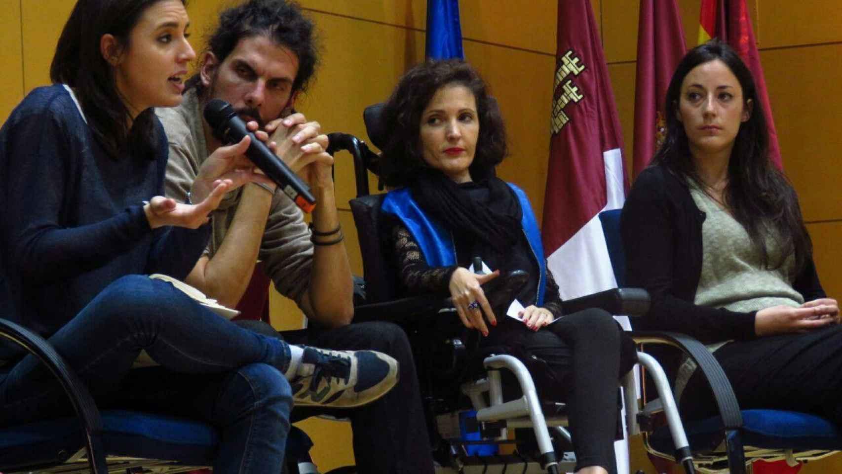 La senadora Virginia Felipe (tercera por la izquierda) con otros diputados de la formación.
