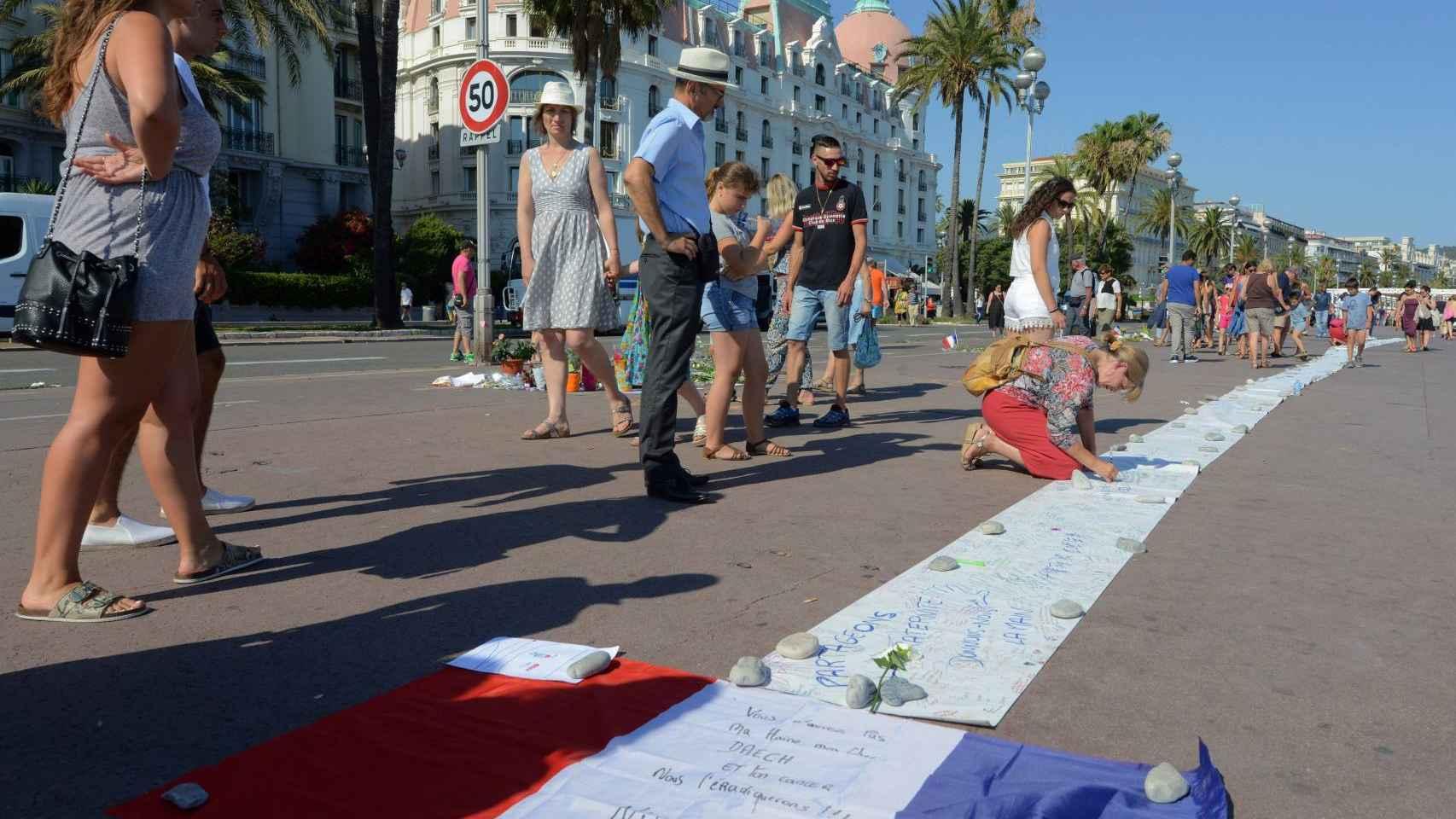 Homenaje a las víctimas de la masacre de Niza.