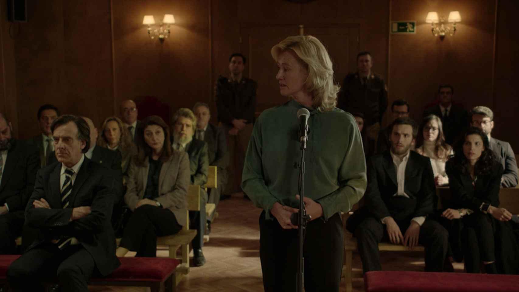 La actriz Ana Duato durante un juicio en 'Cuéntame'.