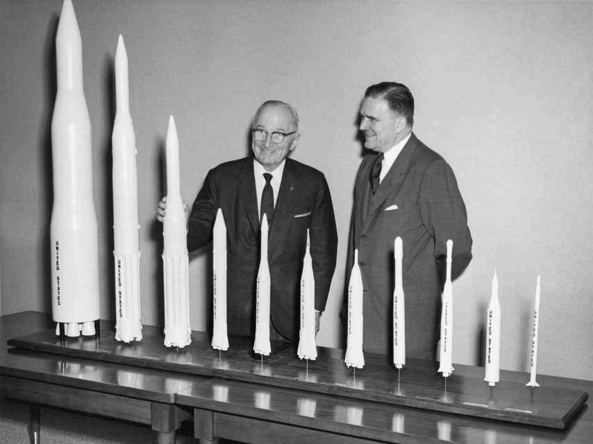 El presidente Harry S. Truman, en una foto de 1961, cuando visitó la sede de la NASA y a su director James Webb.