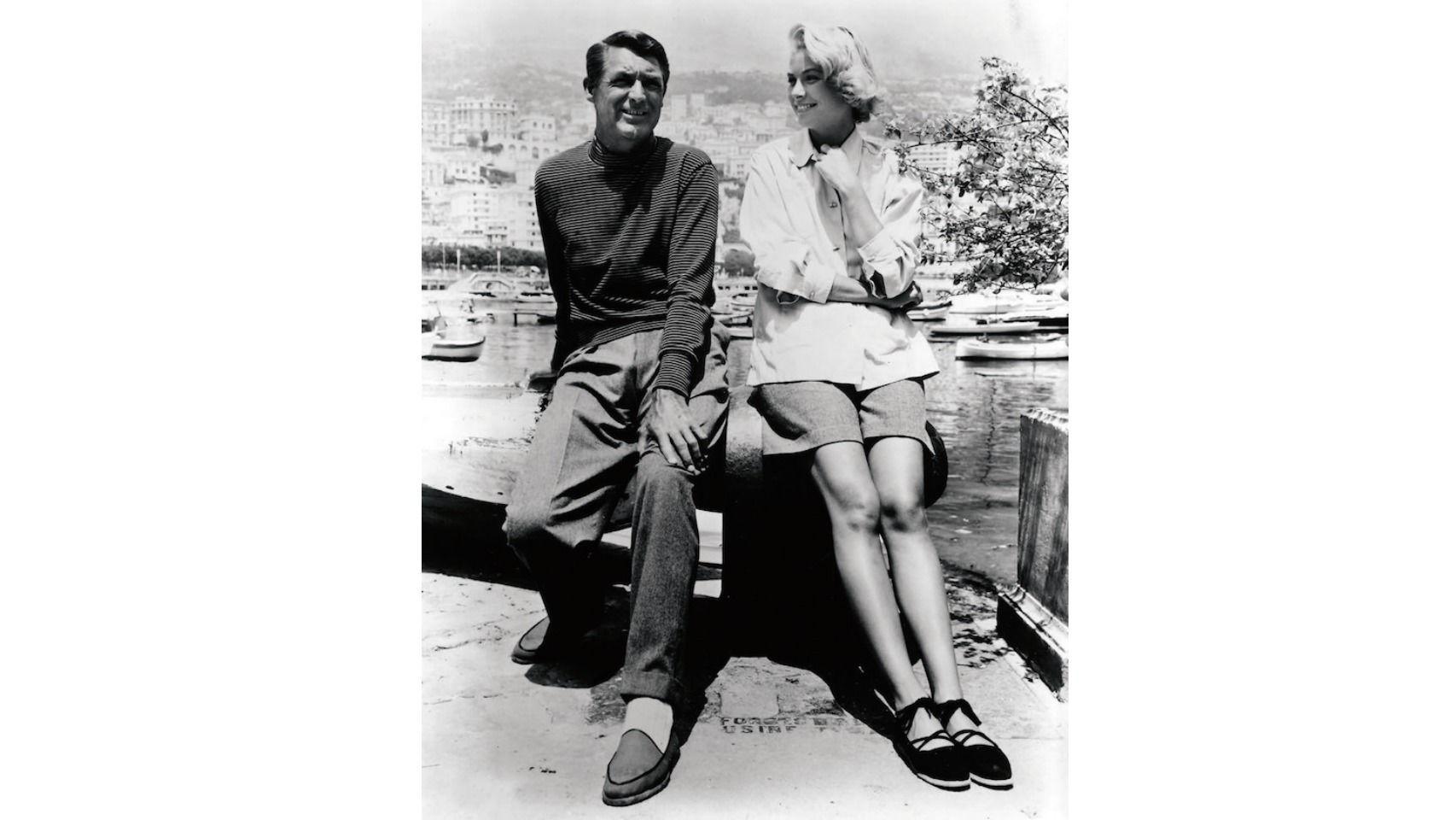 Los actores Cary Grant y Grace Kelly, que luce unas alpargatas.