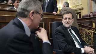 Rajoy conversa en el Congreso con Ruiz-Gallardón cuando éste era ministro de Justicia