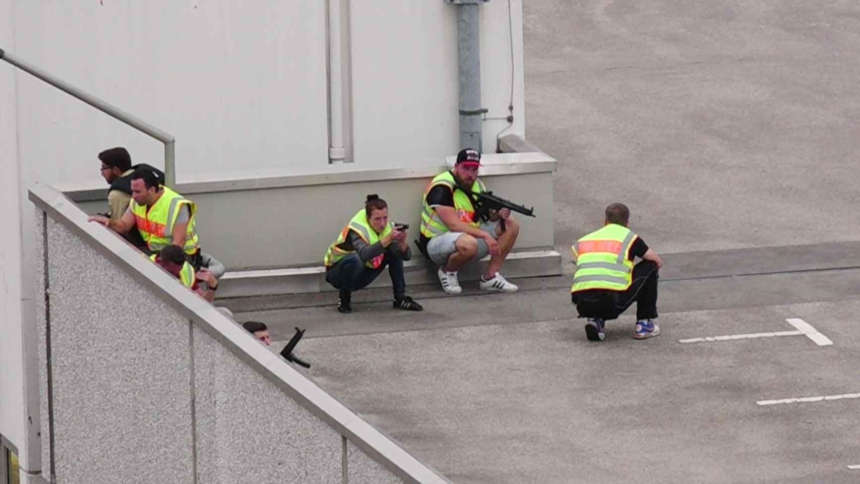 Policías de Múnich en una azotea adonde fue el autor del tiroteo, con problemas psiquiátricos.