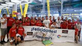 Los jugadores de la selección española de rugby 7 a su llegada al aeropuerto de Barajas tras clasificarse ayer para Río 2016 de ganar a Samoa (22-19) en la final del torneo de repesca preolímpica disputado este fin de semana en el estadio Louis II de Mónaco.