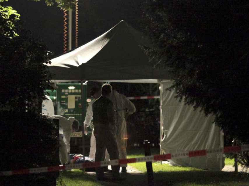 Un equipo de forenses investiga la escena del crimen.