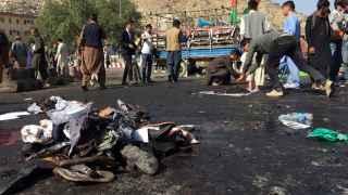 Varios testigos contemplan restos del atentado.