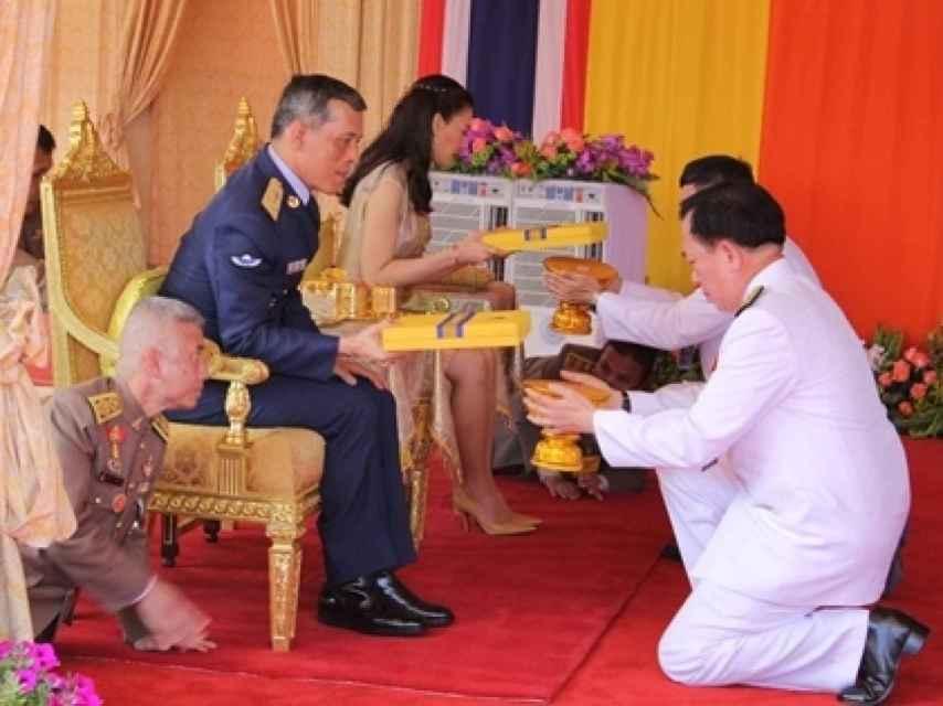 Los súbditos de arrodillan ante el príncipe de Tailandia