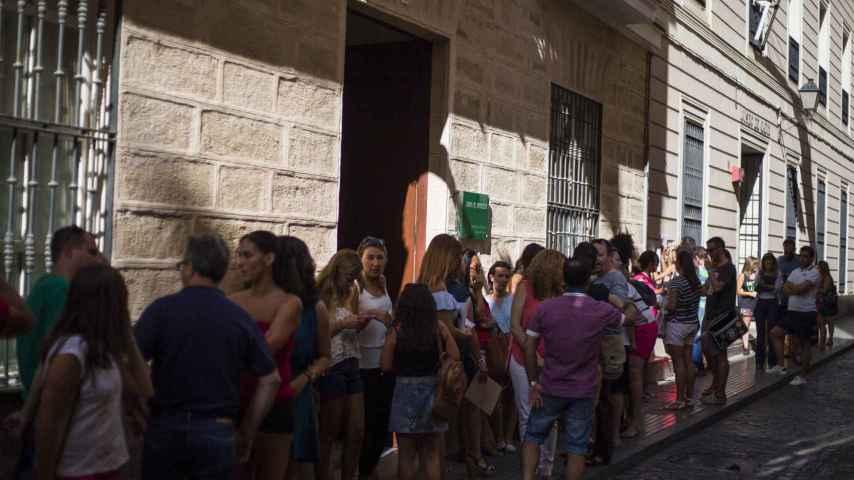 Colas de interinos en la Delegación de Educación de Cádiz para presentar alegaciones ante los nuevos destinos