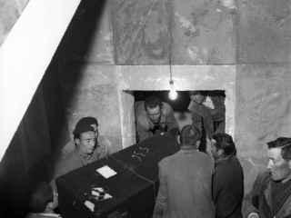 Una foto de archivo durante los ingresos de los columbarios en una cripta del Valle.