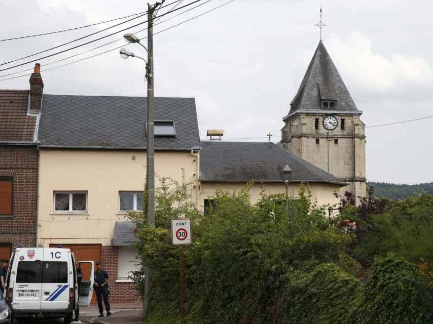 Dos hombres atacan la iglesia de una pequeña localidad de Normandía en nombre del EI.