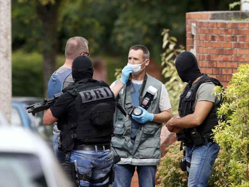 Fuerzas especiales y policía científica, cerca de la iglesia atacada.