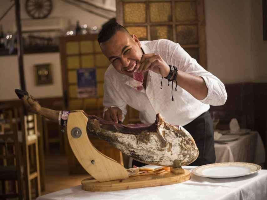 Mohamed se ha convertido en el mejor cortador de jamón de Melilla.