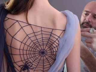 El actual diseñador de Schiaparelli, Bertrand Guyon, arreglando un vestido antes de salir a la pasarela.