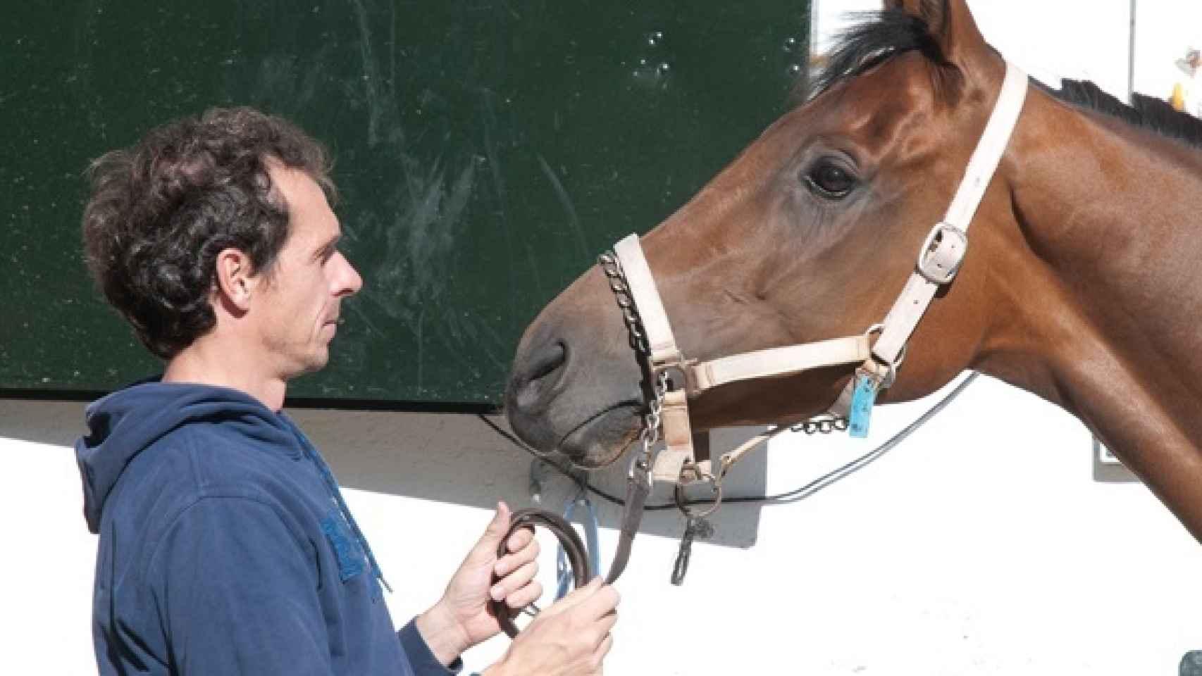 Guillermo Arizcorreta, entrenando a uno de sus caballos.